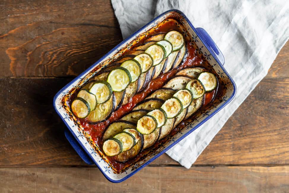 Aubergine und Zucchini in Tomatensauce aus dem Ofen.