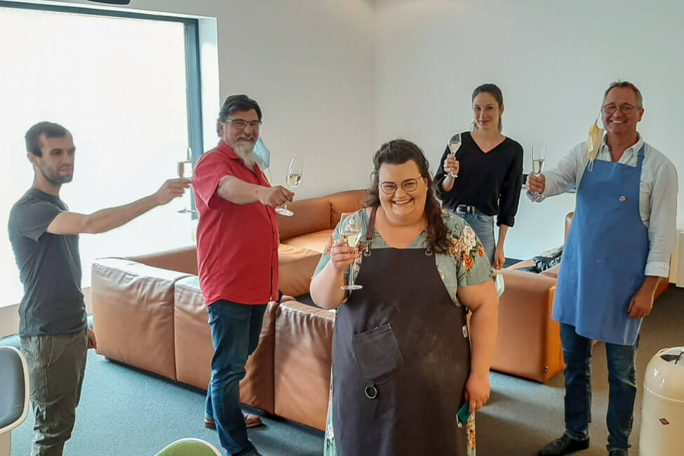 Gruppenfoto von den Kandidaten der Kochsendung Die Küchenschlacht im ZDF. Wir stoße auf den Tagessieg von Tina Kollmann an.
