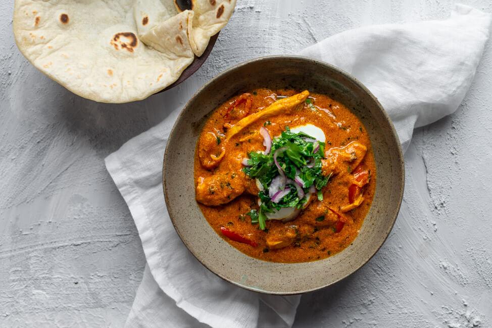 Ginger Chicken Curry mit Kräutertopping und Roti. Tagessieger: Leibgericht aus der Küchenschlacht am Montag mit Cornelia Poletto. Juror ist Thomas Martin.