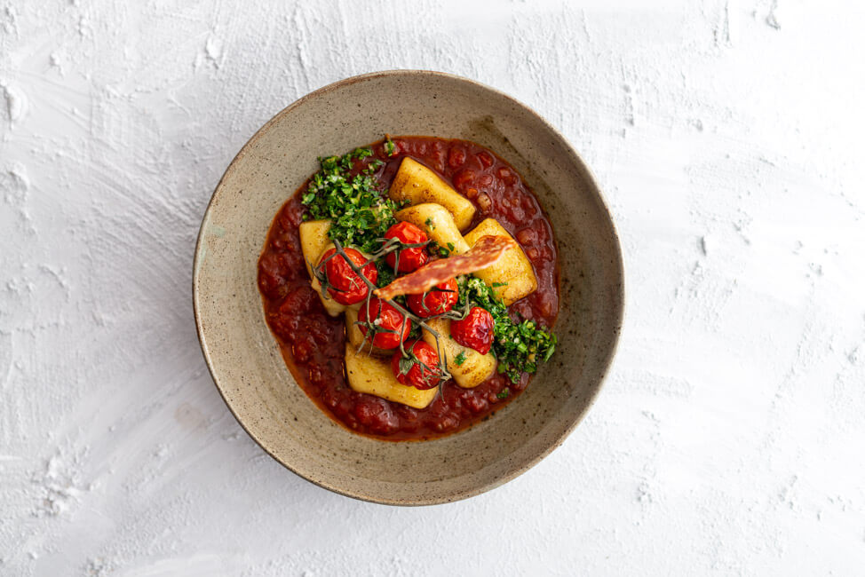 Mottotag: italienische Klassiker bei der Küchenschlacht im ZDF. Tina Kollmann kocht das Tagessieger Gericht Gnocchi mit Tomatensauce, geschmorten Honigtomaten, Gremolata und Fenchlesalami-Chip. Juror ist Martin Baudrexel.