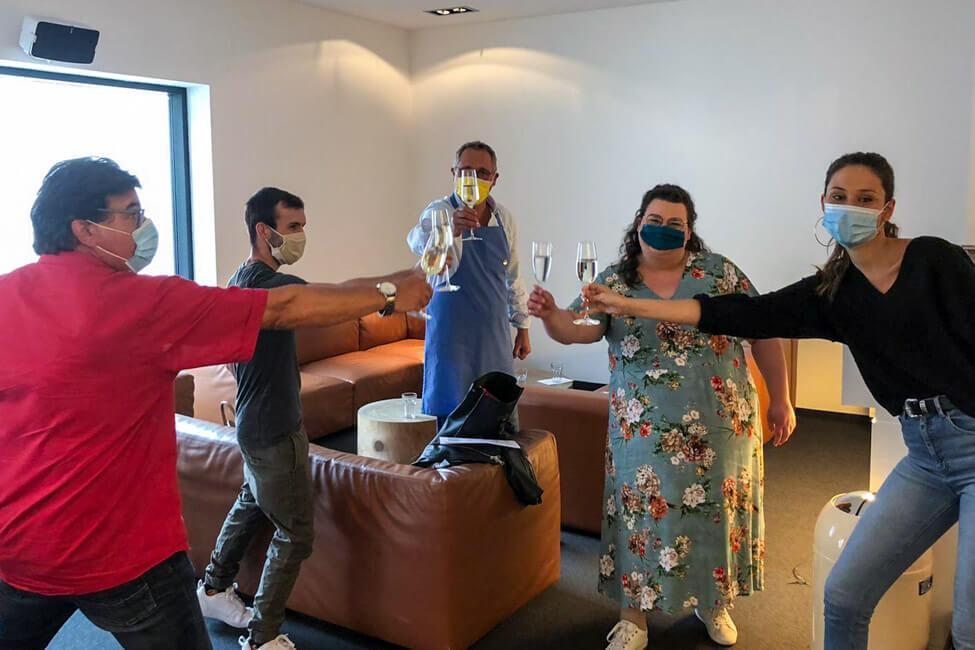 Backstage bei Die Küchenschlacht. Die Kandidaten Luisa, Michael, Tina, Nico und Alexander stoßen auf die erste erfolgreich überstandene Folge an.