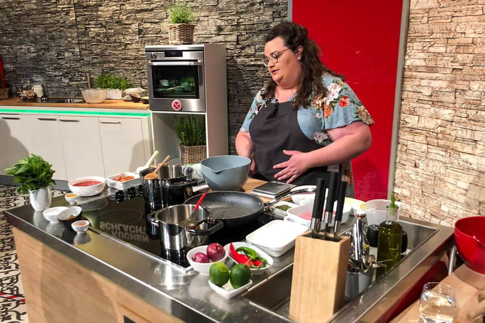 Tina Kollmann steht an ihrer Kochinsel im Studio von Die Küchenschlacht im ZDF.
