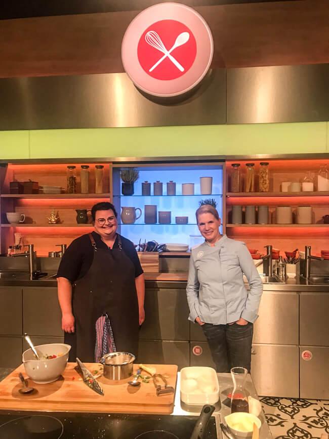 Tina Kollmann und Cornelia Poletto im Studio von Die Küchenschlacht im ZDF.