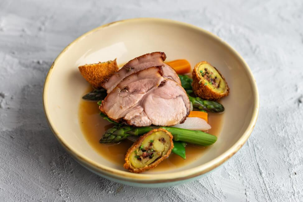 Finalgericht bei der Küchenschlacht. Tina Kollmann kocht Schweinebraten vom Spanferkel mit gefllten Panchetta Kartoffeln, Frühlingsgemüse und Moscato Jus. Rezept von Cornelia Poletto.