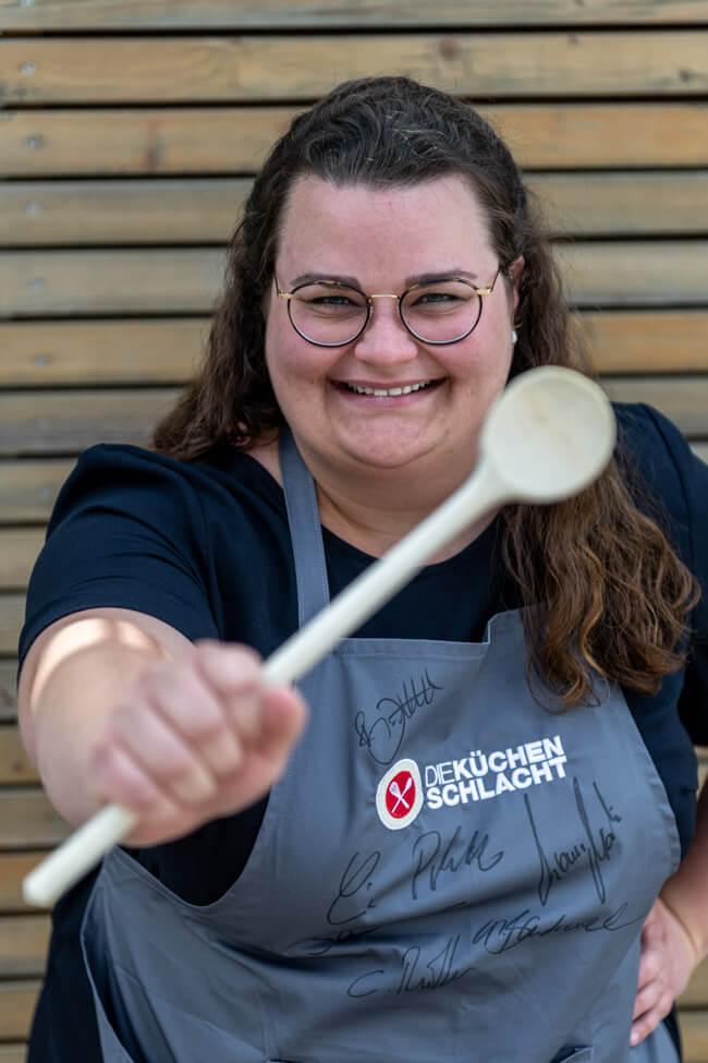 Foodbloggerin Tina Kollmann in grauer Die Küchenschlacht Schürze. #ZDF #kochshow