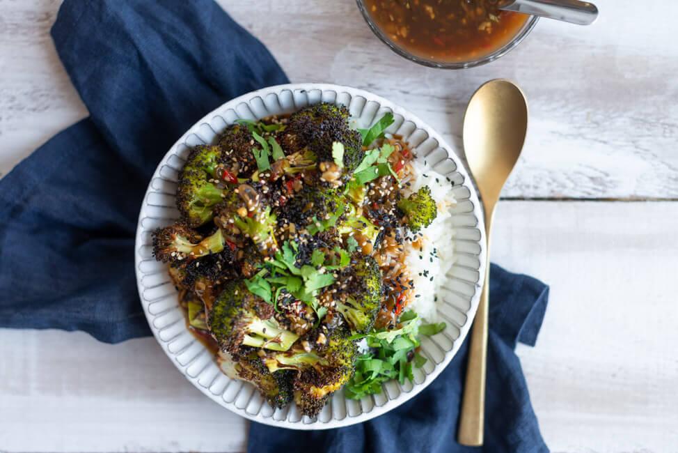 Vegane Brokkoli Bowl mit chinesischer Ingwer-Knoblauch-Sauce und Reis.