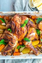 Ofen-Hähnchen: Im Ofen gebackenes Hähnchen mit orientalischem Gemüse: Kartoffeln, Karotten und Lauch. Dazu frische Minze und Zitrone.