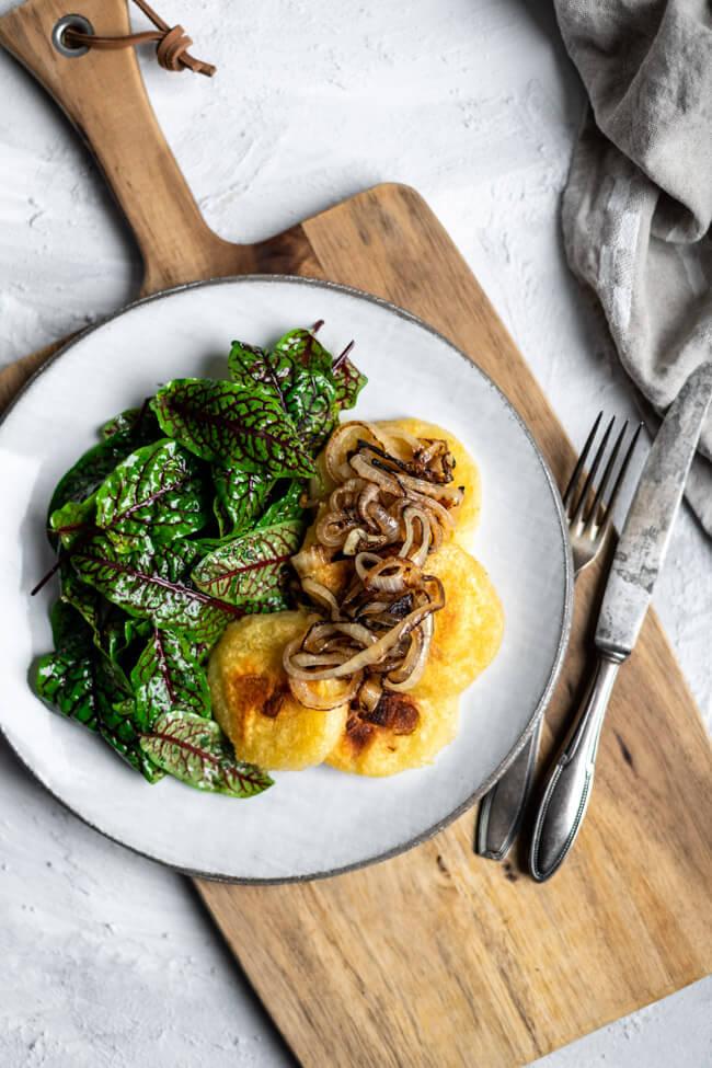 World Vegetarian Day: Resteessen daluxe - Röstklöße mit Blutampfer Salat und geschmorten Zwiebeln.