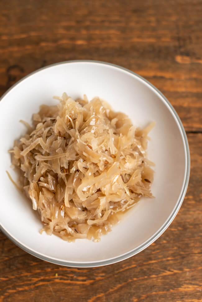 Fränkisches, selbst fermentiertes, Sauerkraut mit Kümmel und Wacholderbeeren.