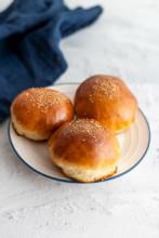 Brioche Burger Buns ganz einfach aus nur 7 Zutaten auf weiß-blauem Keramikteller.