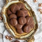 Schokoplätzchen: Einfache Schokotaler, leckere Weihnachtsplätzchen, auf venezianischem Tablett.