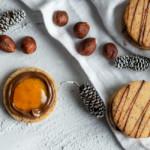 Super mürbe und sandige gefüllte Haselnussplätzchen mit Nougat und Aprikosenmarmelade