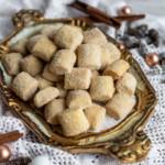 Leckere Weihnachtsplätzchen mit Vanille und Zimt: meine Traumstücke auf einem goldenen venezianischen Tablett.