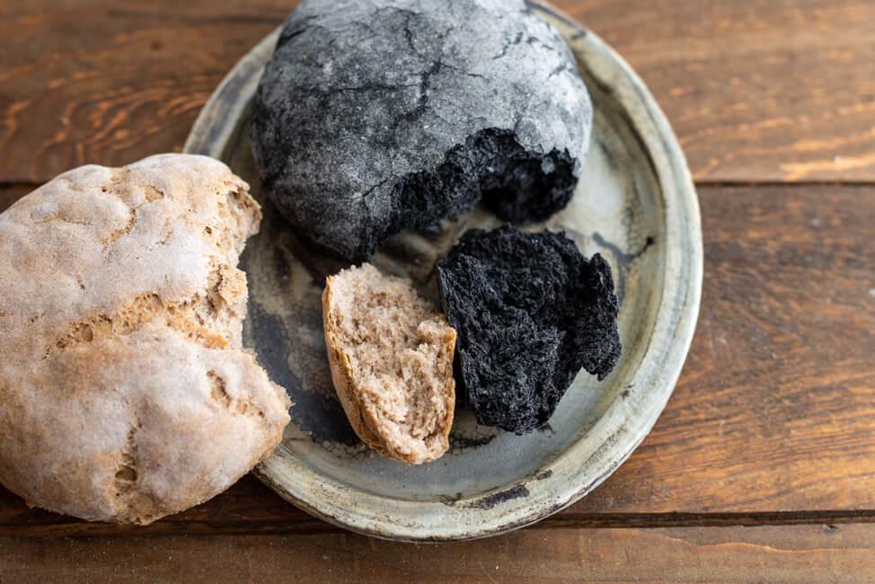 Kitchen Impossible Original Rezept: Kohlenbrot im Vergleich zu normalem Ruchmehlbrot.
