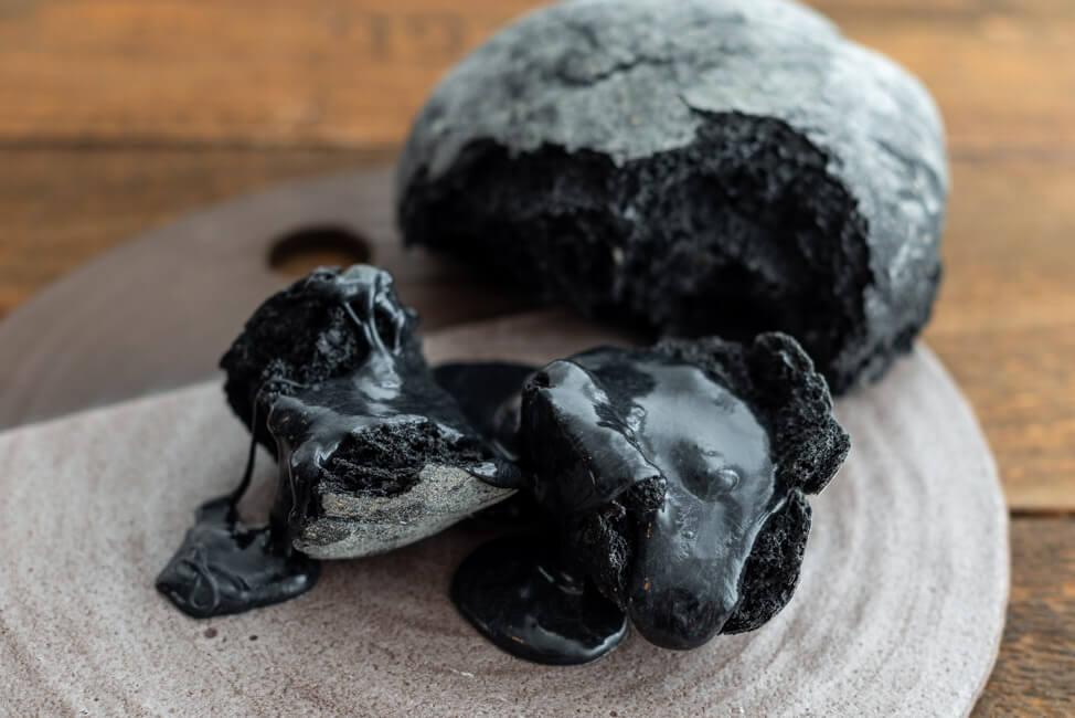 Kitchen Impossible Originalrezept: Kohlenfondue mit Kohlenbrot. Schwarzes Käsefondue mit schwarzem Ruchmehlbrot von Stefan Wiesner.