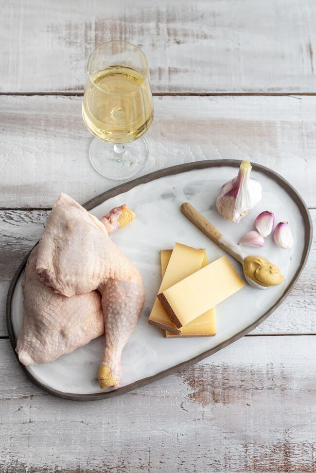 5 Zutaten für das Comté-Huhn: Hähnchen, Comté-Käse, Senf, Knoblauch und Weißwein.