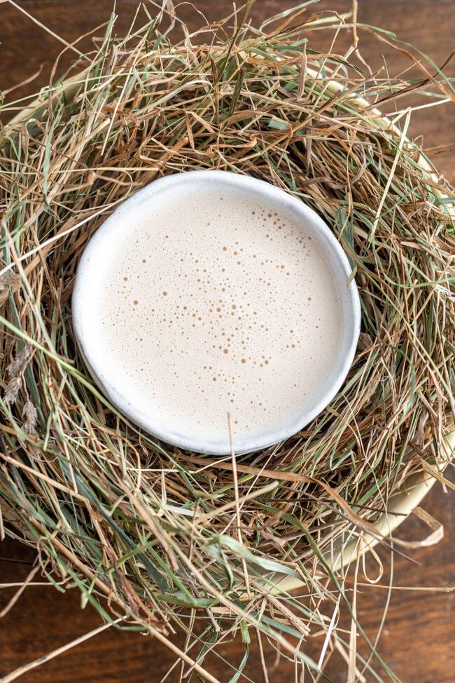 Originalrezept aus Kitchen Impossible: Heusuppe auf weißem Teller im Heunest.