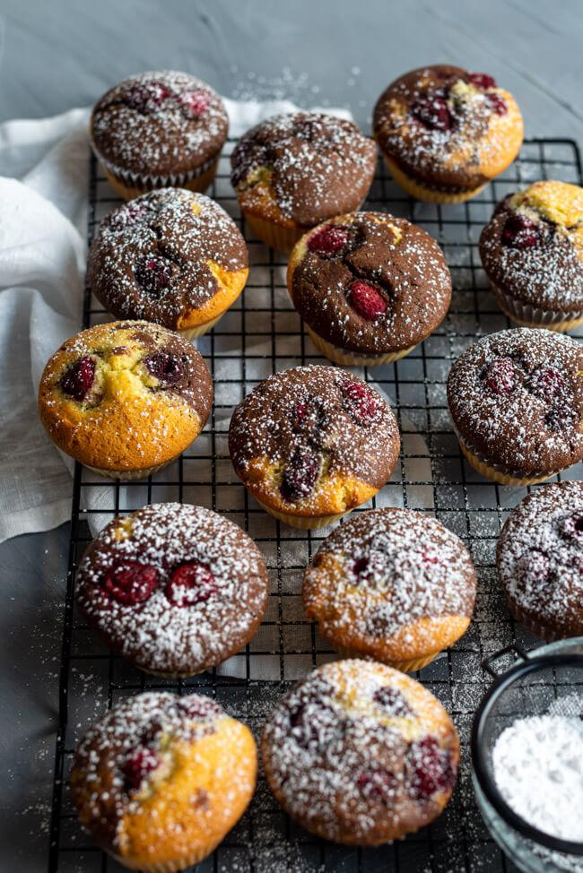 Marmorkuffins: Kleine Marmorkuchen in Muffinsform mit Himbeeren.