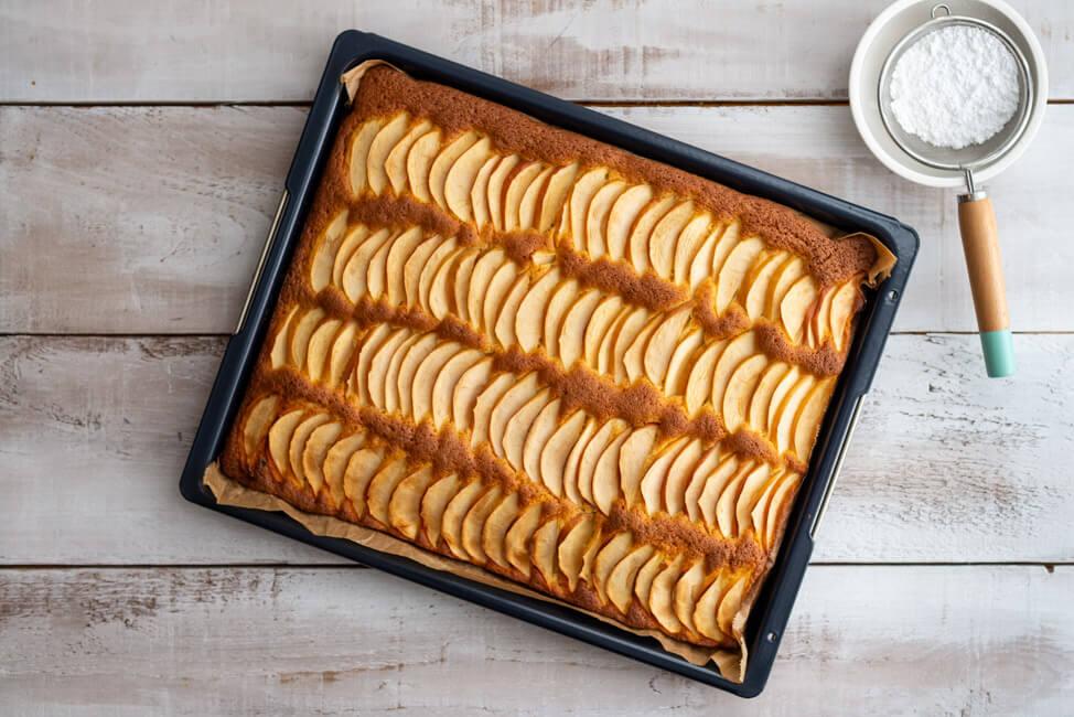Apfelkuchen vom Blech frisch aus dem Ofen.