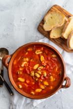 Muscheln in pikanter Tomatensauce mit viel Knoblauch und Weißwein.