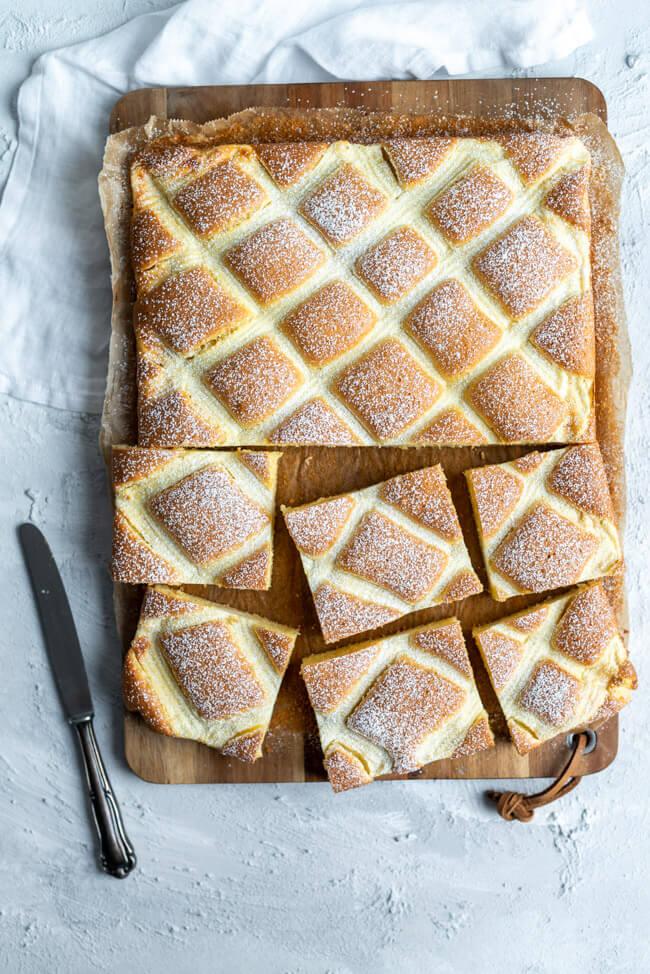 Einfacher und schöner Blechkuchen: Steppdeckenkuchen aus zitronigem Rührteig und Vanillequark Gitter.