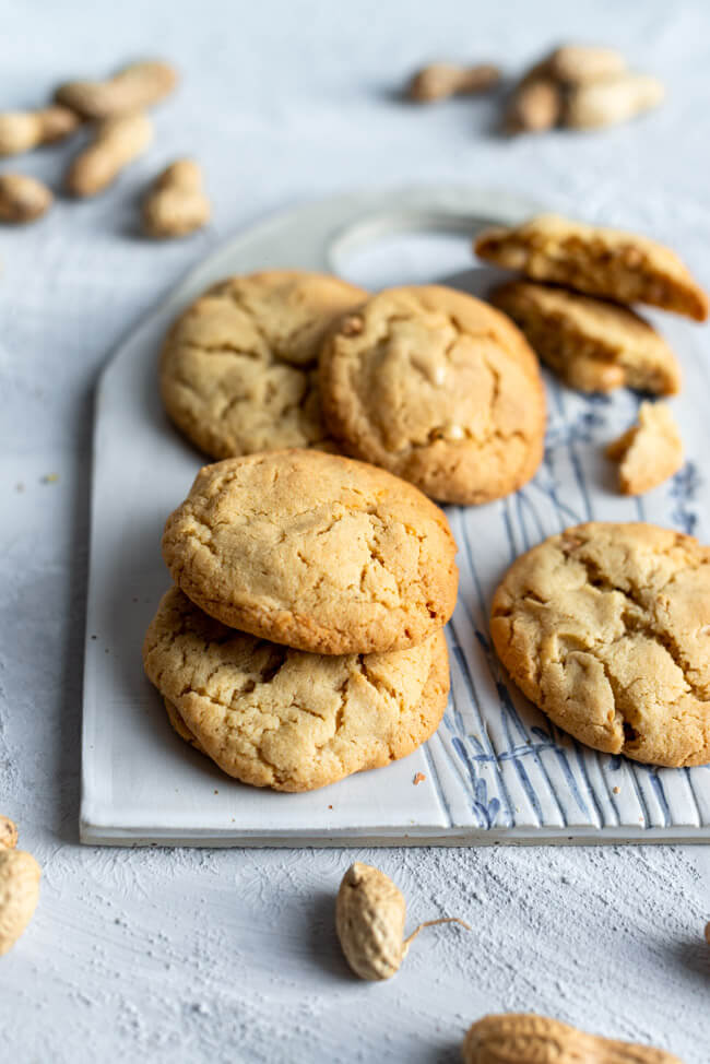 Peanutbutter Cookies auf selbstgetöpferten Keramikbrett.