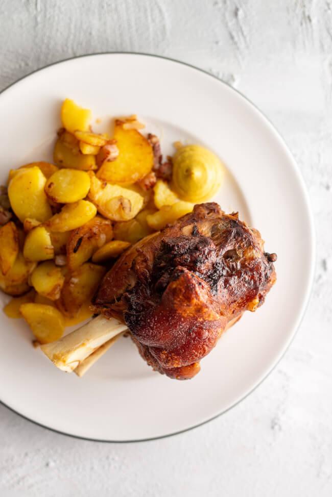Kitchen Impossible im Ham-Ham bei Josef: Gegrillte Schweinhaxe mit Bratkartoffeln und Senf.