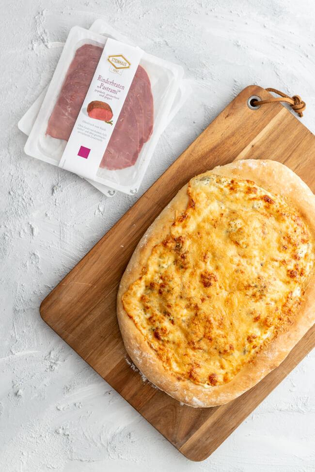 American Pizza bianco mit Rinderbraten Pastrami von Steinhaus.