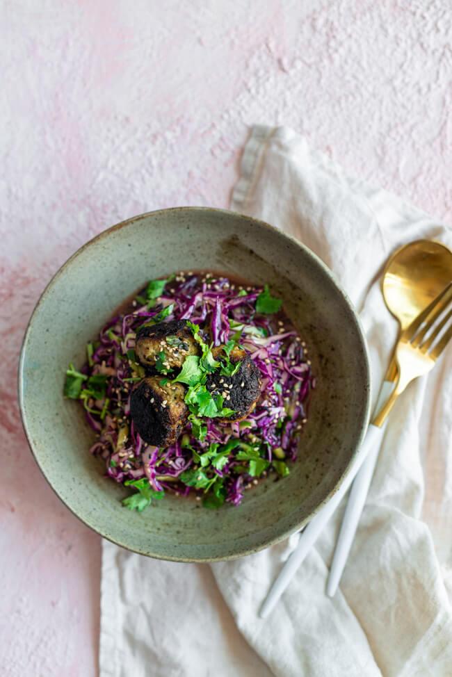 Asia Rotkohlsalat mit scharfen Hackbällchen.