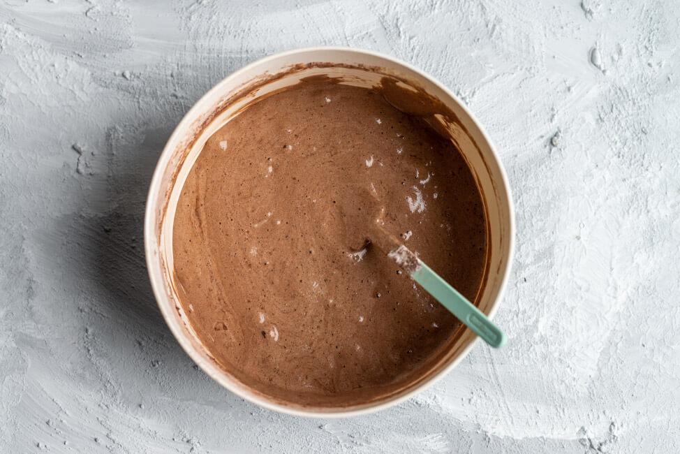 Teig für Schokoladen Bisquit für Schwarzwälder Kirschtorte.