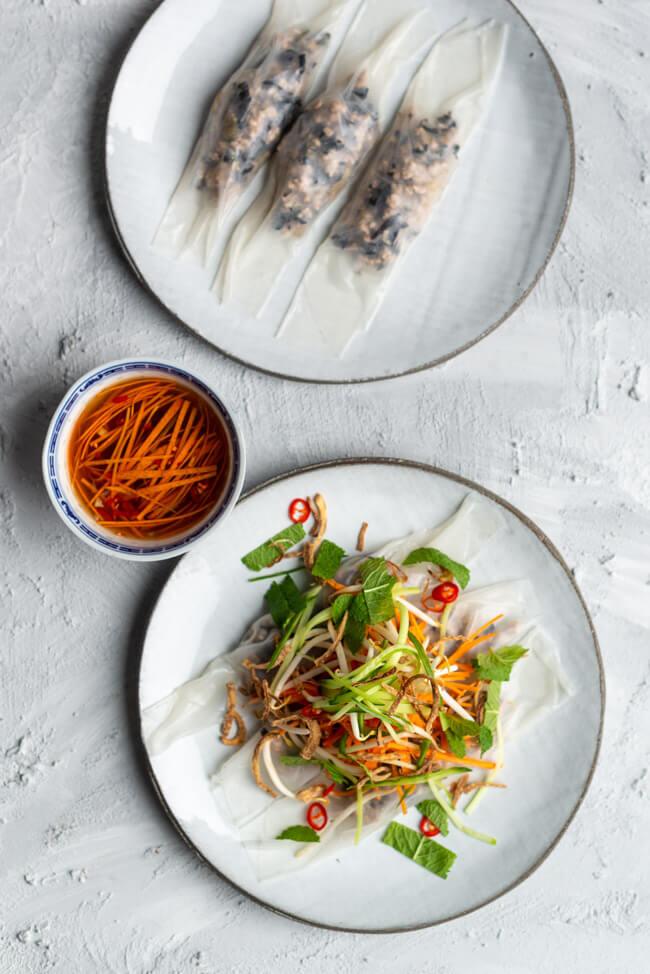 Banh Cuon Nuoc Mam aus Kitchen Impossible: vietnamesische Reisrollen, gefüllt mit Schweinefleisch und Morcheln, mit Dip und Salattopping.