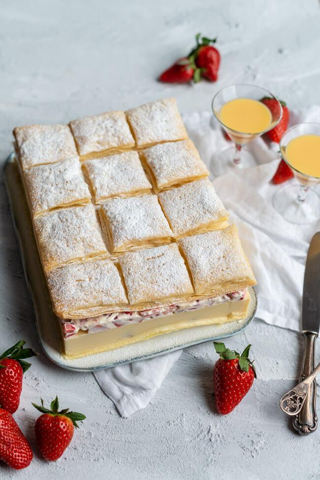 Eierlikör Cremeschnitte mit Erdbeeren, selbst gemachtem Blätterteig und Erdbeersahne im 45° Winkel.