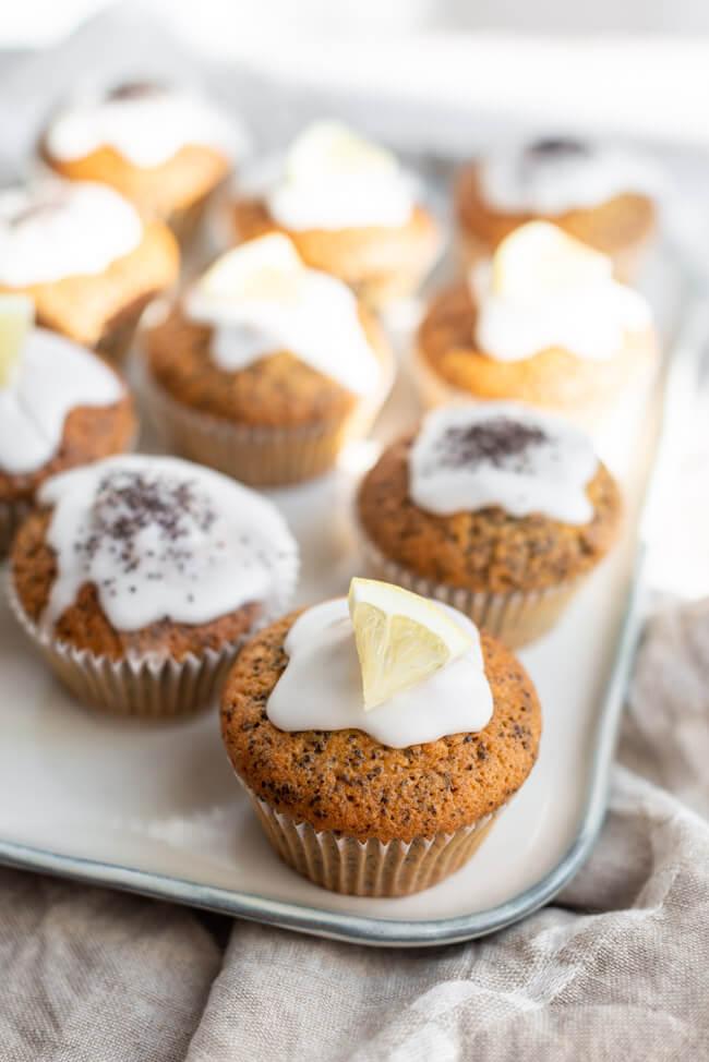 Zitrone-Mohn-Muffins auf weißem Keramikteller.