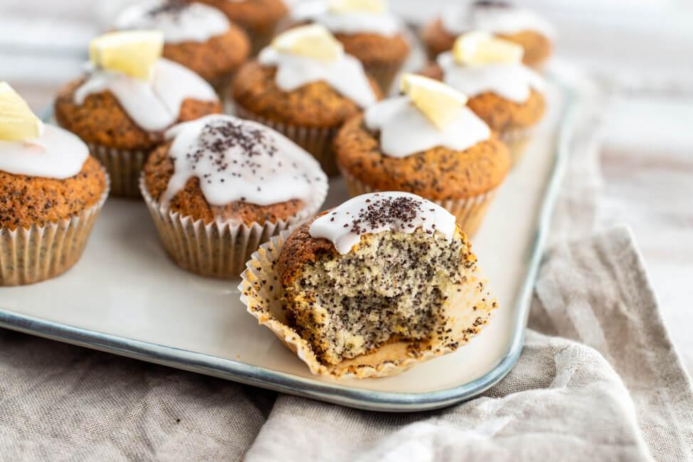 Zitrone-Mohn-Muffin auf weißem Keramikteller.