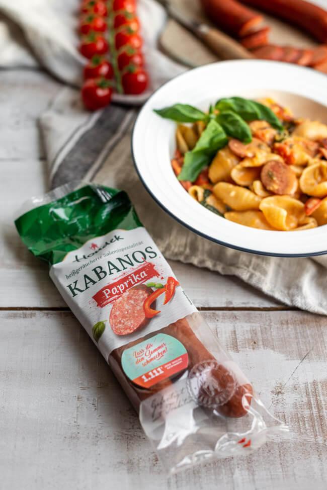Houdek Kabanos Paprika auf weißem Holztisch.