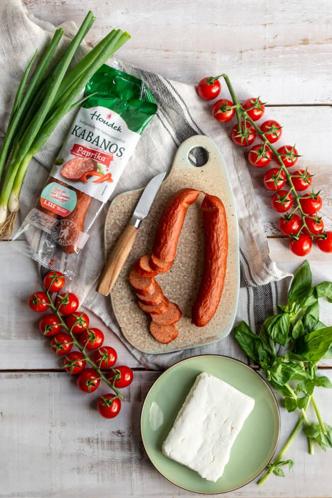 Zutaten für die One-Pot-Pasta mit Tomaten, Feta und Houdek Kabanos Paprika.