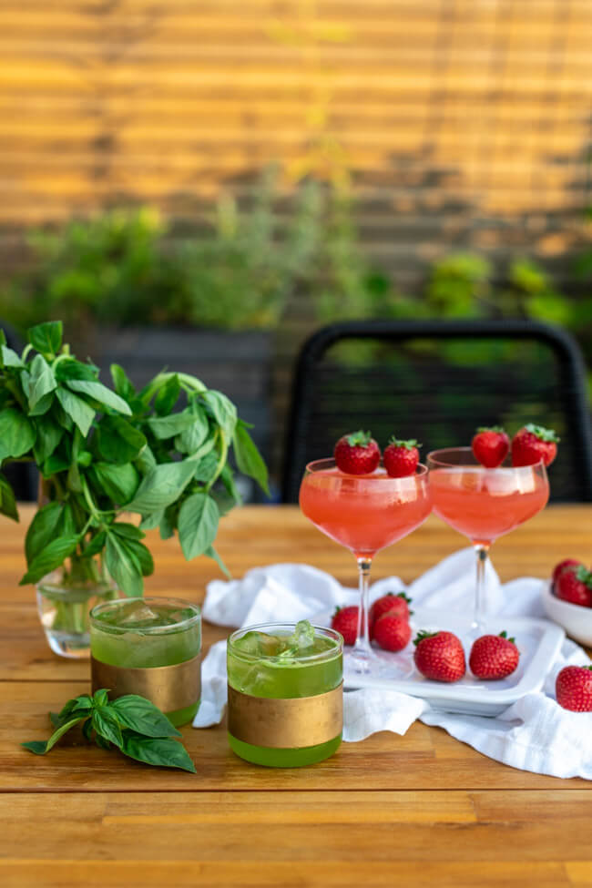 Alkoholfreie Cocktails: Erdbeer-Kokos-Traum und Happy Basil Smash mit BRITA gefiltertem Leitungswasser.