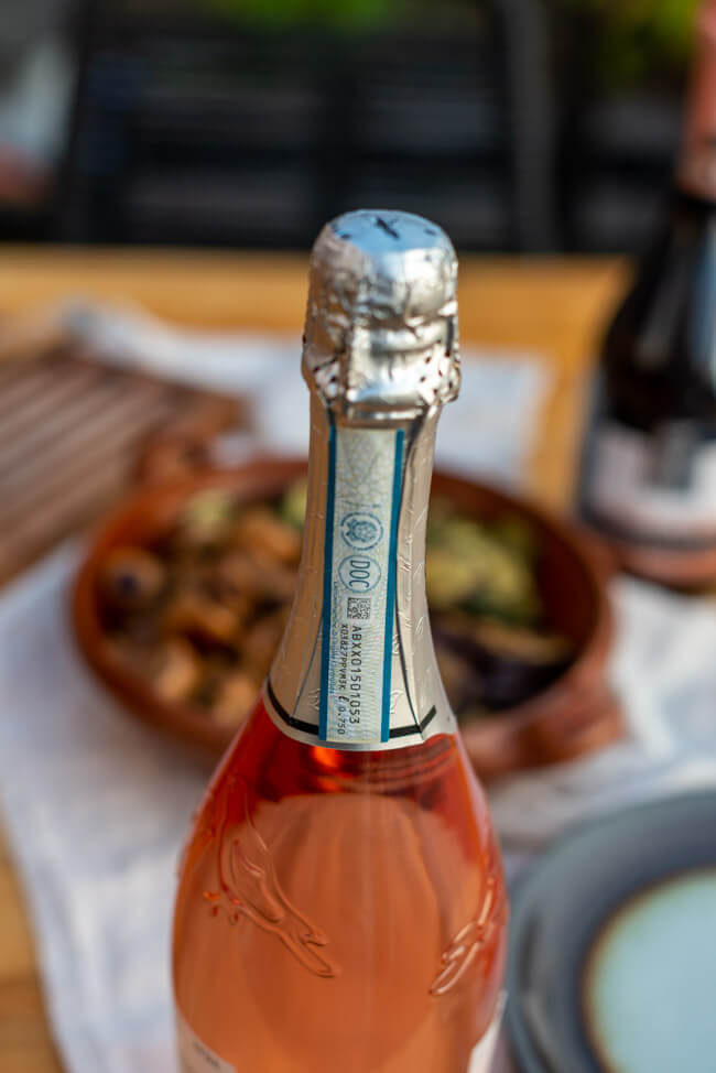 Blaues Label der Prosecco DOC Rosé Flasche.