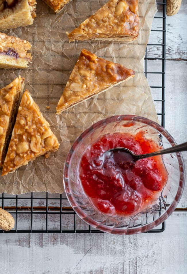 Erdbeer Marmelade für Erdnuss-Nussecken ala Peanutbutter & Jelly Toast - zum National Peanut Day am 13.09.2021.