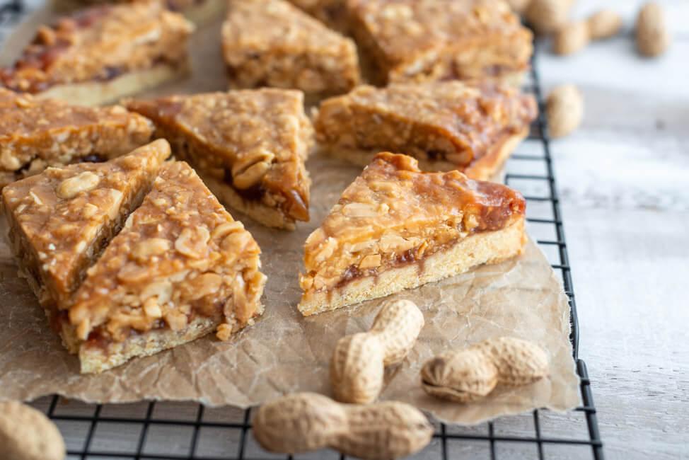 Erdnuss-Nussecken ala Peanutbutter & Jelly Toast - zum National Peanut Day am 13.09.2021.